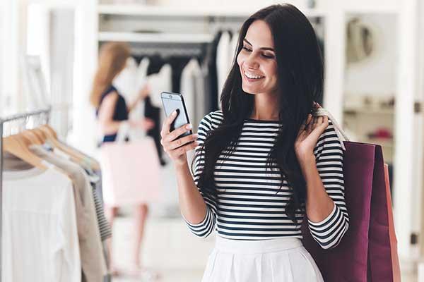 Kvinna mobiltelefon butik